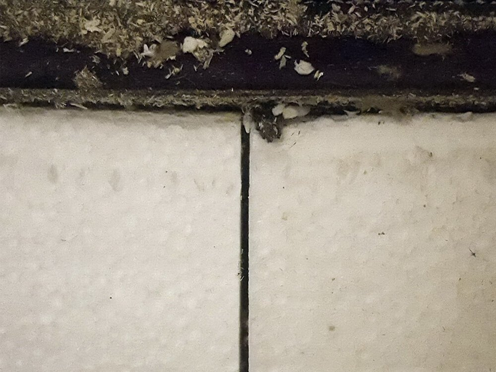 Image showing a gap between two insulation panels, which causes thermal bridges.